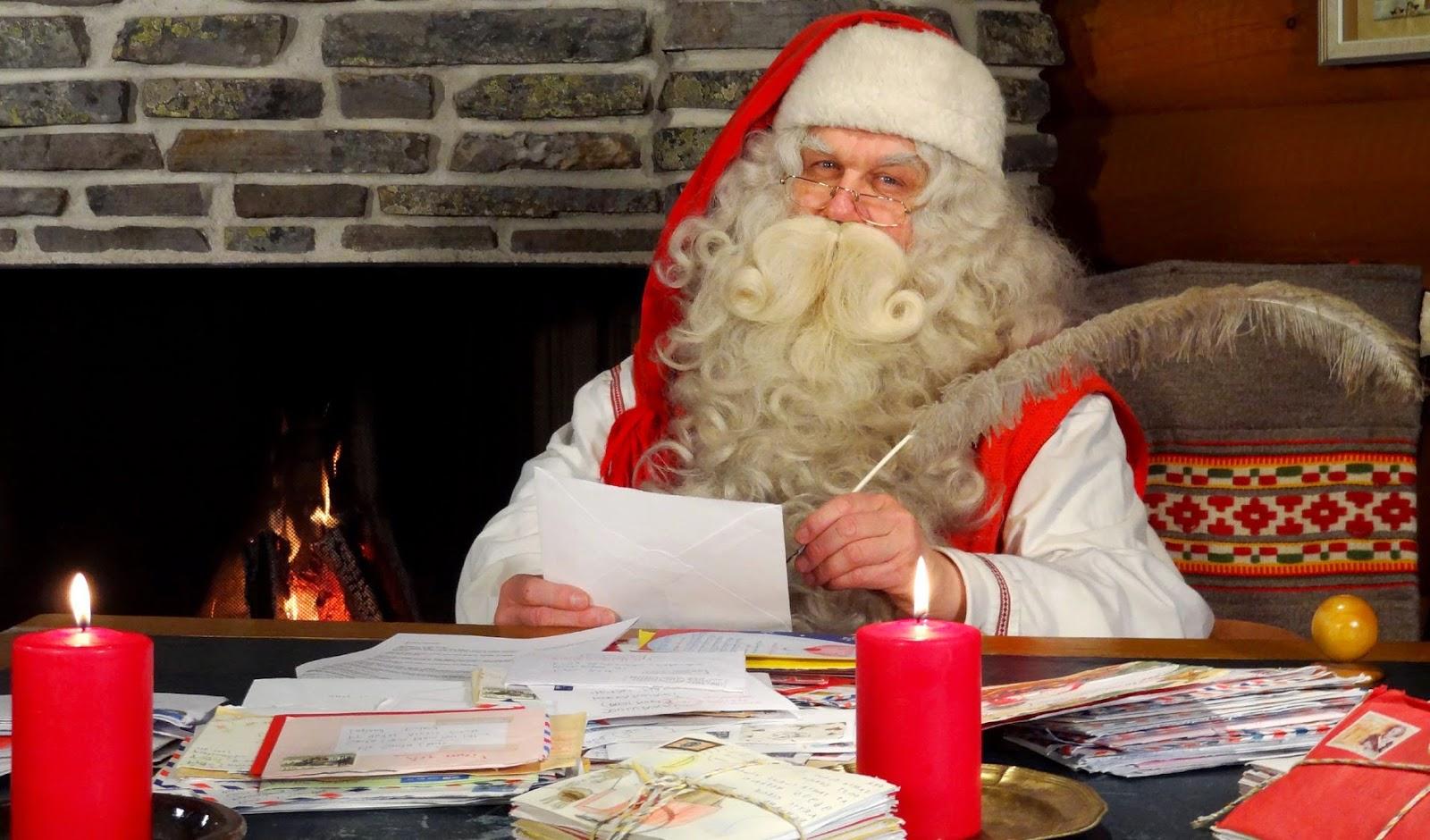 Babbo Natale impegnato a leggere le varie letterine dei bambini