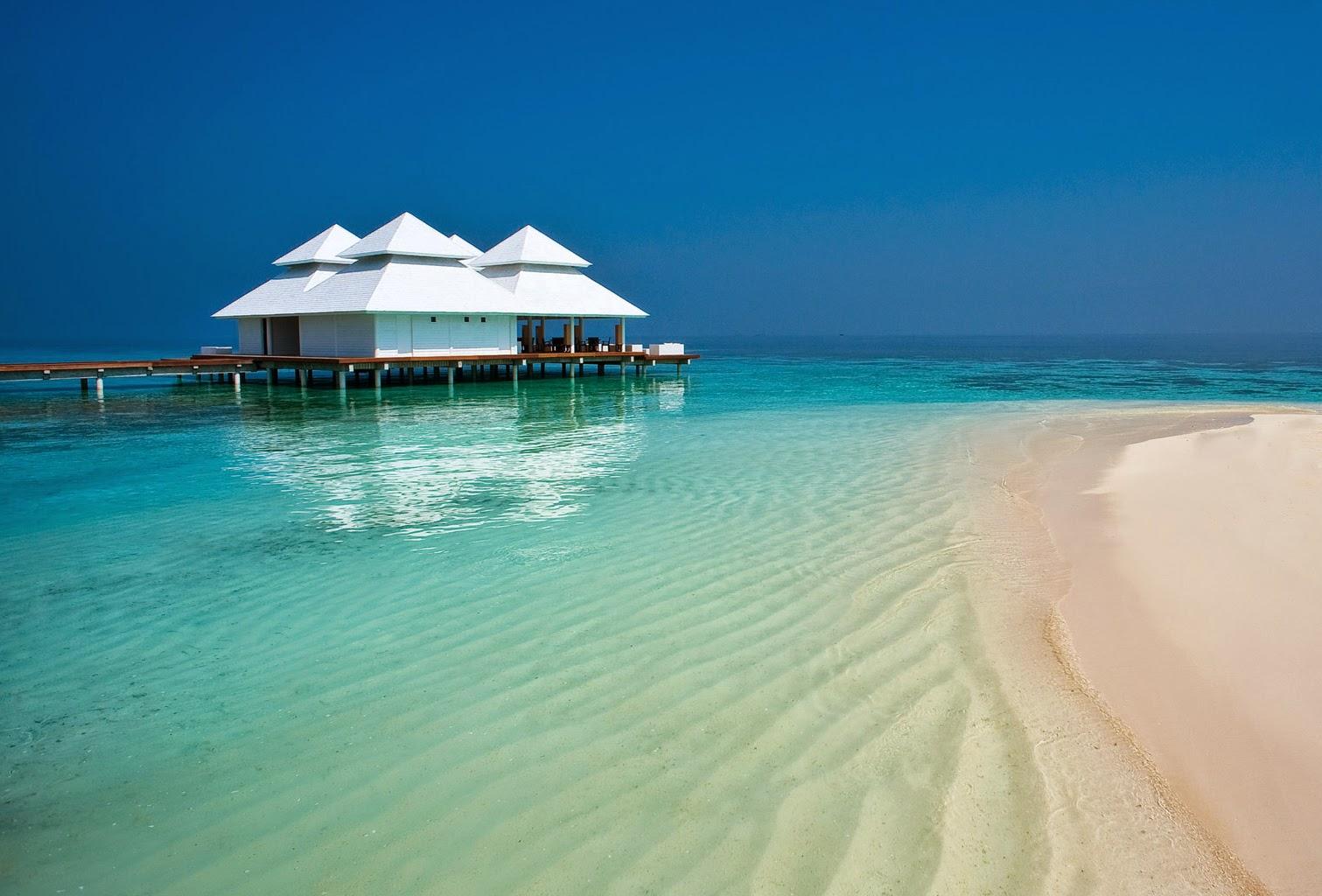Una delle splendide spiagge delle Maldive, dove sorge una grande palafitta.