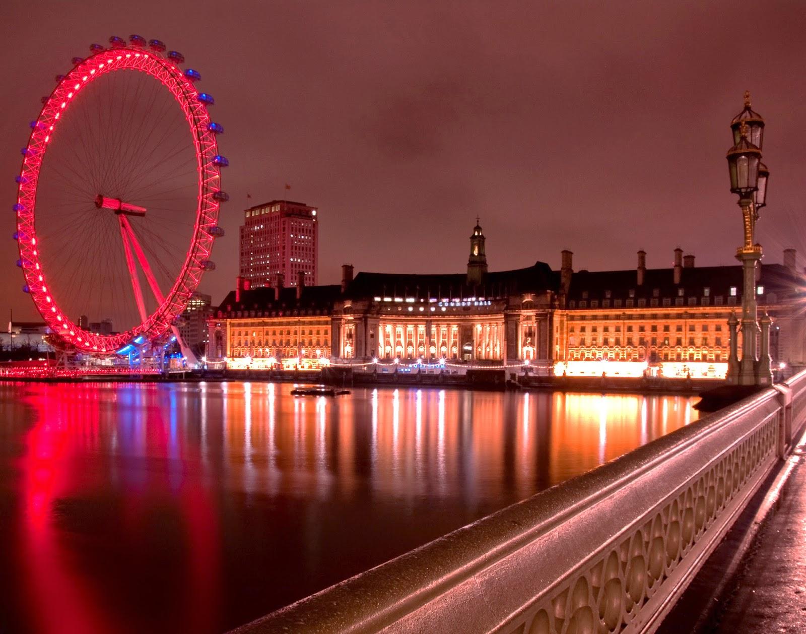 La maestosa London Eye di Londra, colorata di rosso per questo evento annuale