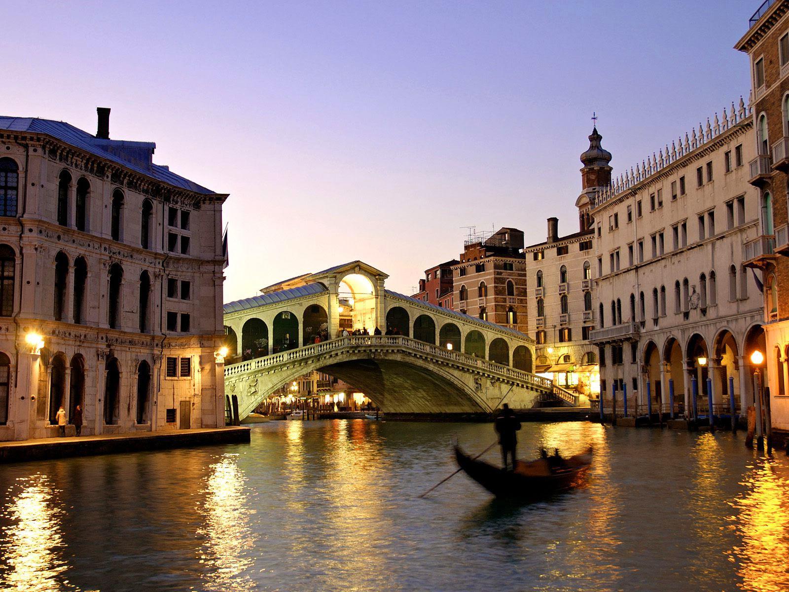 Il famoso Ponte di Rialto a Venezia, uno dei luoghi più suggestivi perfetto per una passeggiata romantica a San Valentino