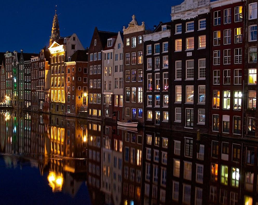 Una fantastica visuale del centro di Amsterdam da uno dei suoi tanti canali