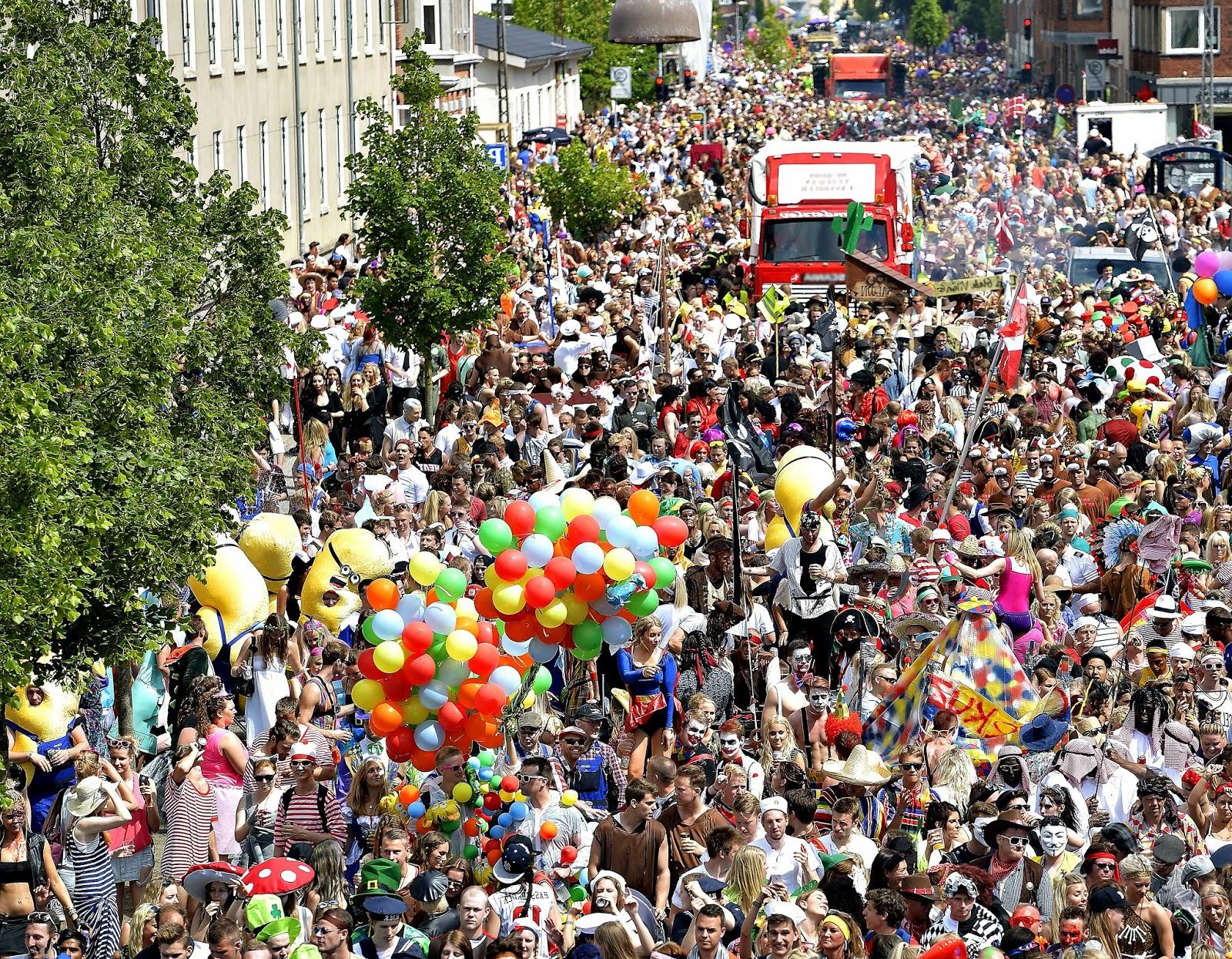 La grande parata di Carnevale nelle strade di Aalborg, in Danimarca