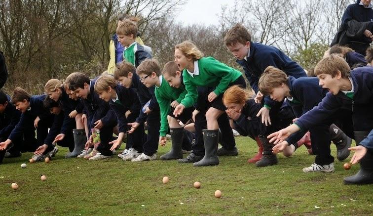 La gara di Pasqua di Egg Rolling a Edimburgo