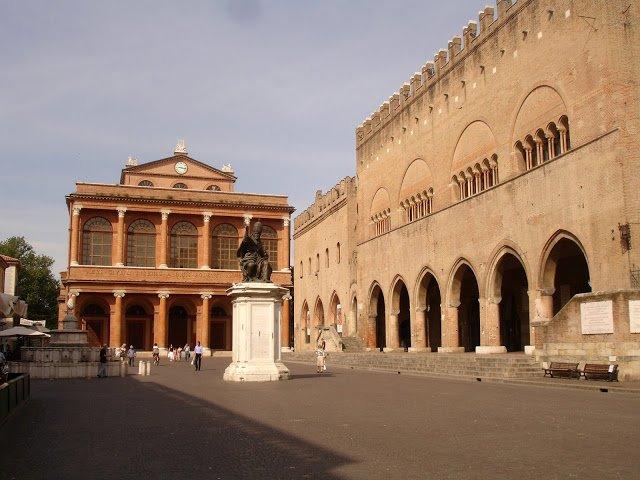 La bella Piazza Cavuor di Rimini con la mitica Fontana della Pigna