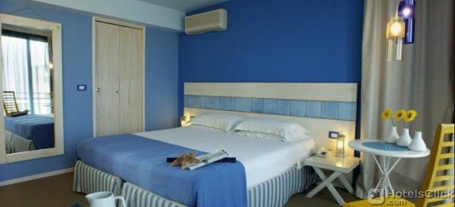 Una camera matrimoniale dell'Hotel LaMorosa di Rimini, Italia