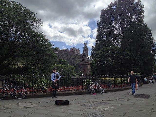 princes street e il monumento a Scott a Edimburgo