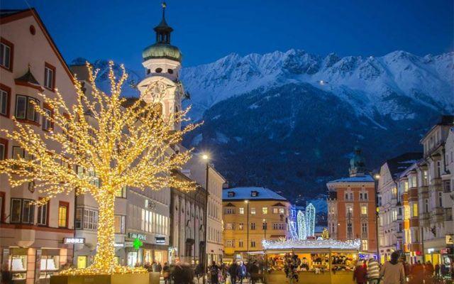 Il centro di Innsbruck addobbato per il Natale