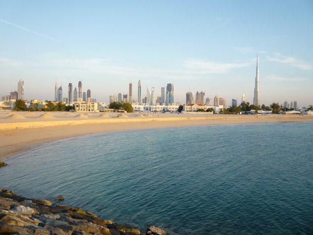 Una panoramica di Dubai dal mare