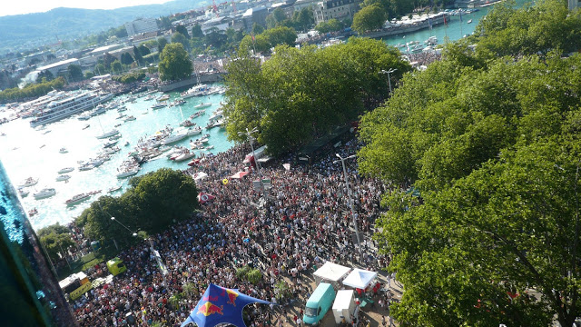 veduta aerea della street parade di zurigo