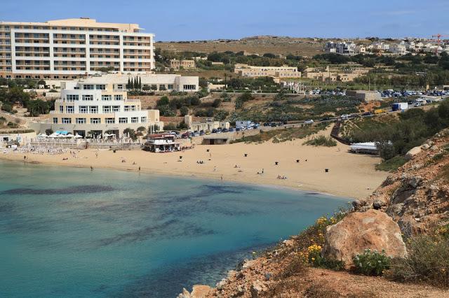 vista della golden bay beach, spiaggia di sabbia di malta