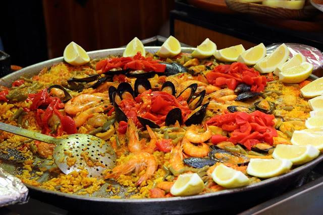 Un piatto di paella in uno dei migliori ristoranti di barcellona
