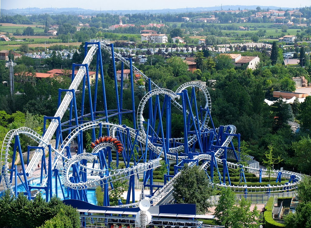 Blue tornado, attrazione di Gardaland, uno dei migliori parchi divertimento in italia