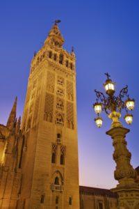 Giralda, il famoso campanile di Siviglia, Spagna dall'architettura araba