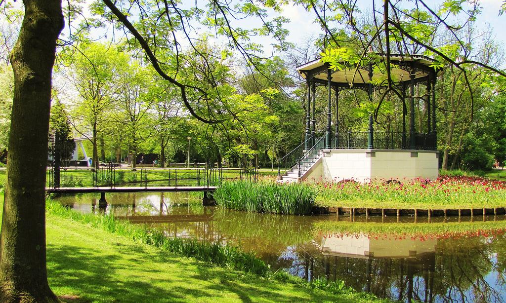 Tra i giardini da visitare ad Amsterdam c'è senz'latro il Vondelpark, il polmone verde della città