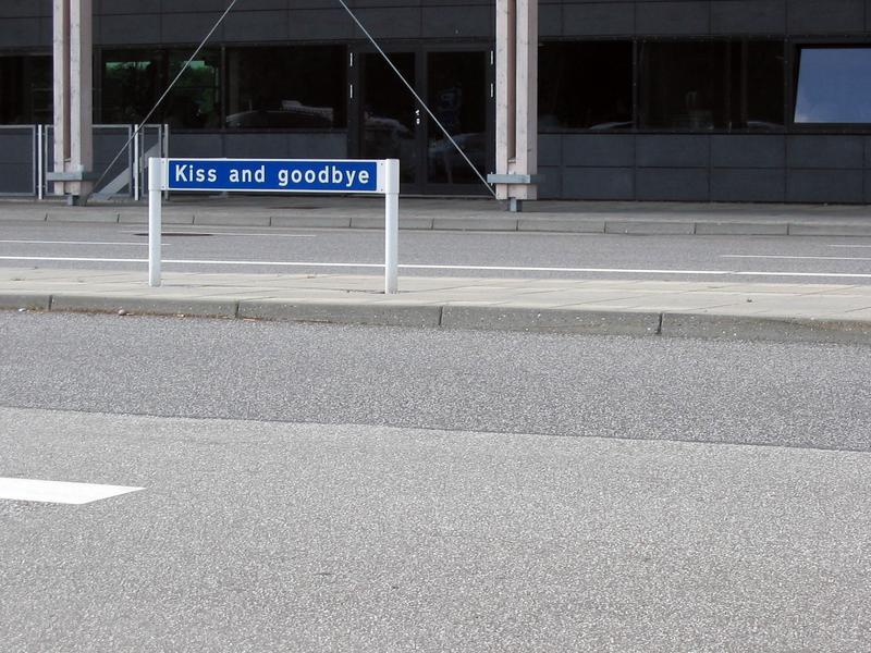 Cartello kiss and goodbye all'aeroporto di Aalborg, Danimarca