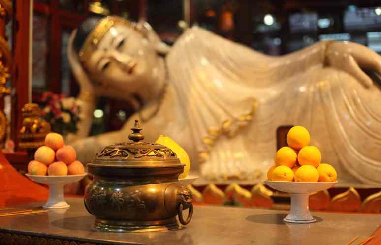 Il celebre Buddha disteso nel tempio di Buddha di Giada a Shanghai