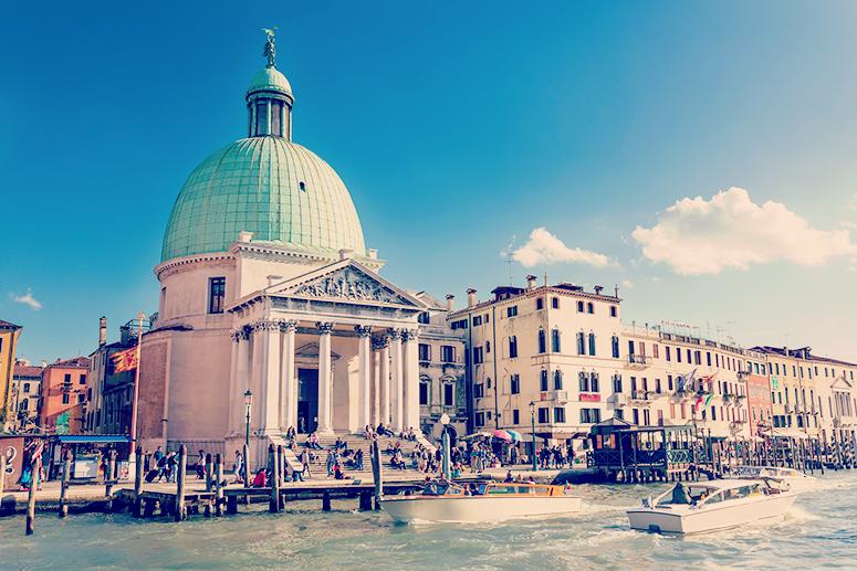 La Chiesa di San Simeone Piccolo, proprio di fronte alla stazione di Venezia