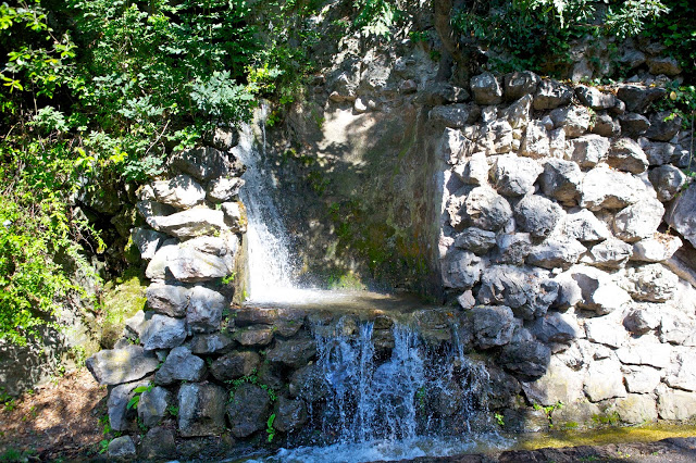 Tra i luoghi di interesse di Nizza c'è il Parc du Château con le sue cascate