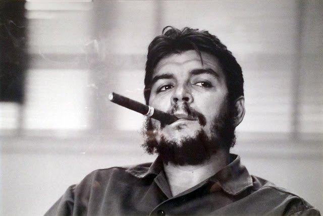che guevara che fuma il sigaro cubano