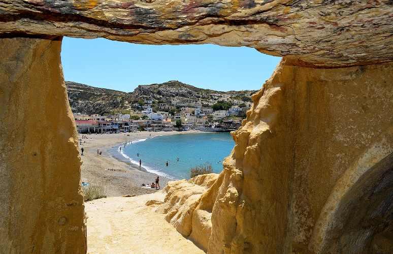 La spiaggia di Matala, Creta, famosa per le sue grotte