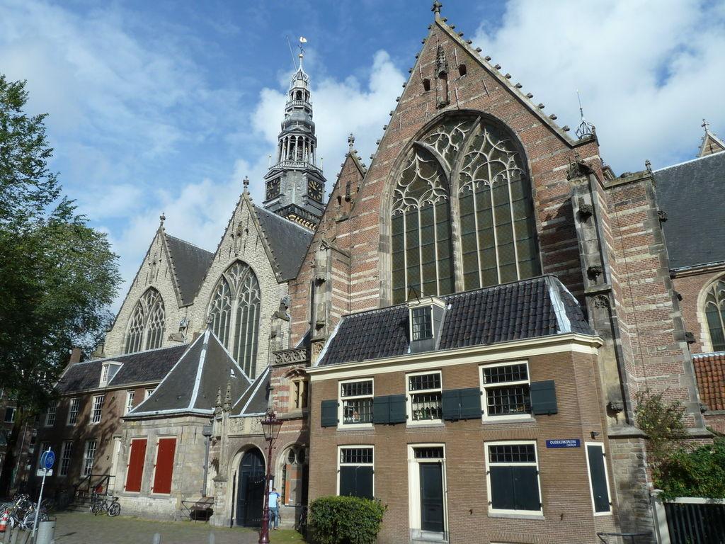 Tra le chiese da visitare ad Amsterdam c'è la Oude Kerk, nel centro storico