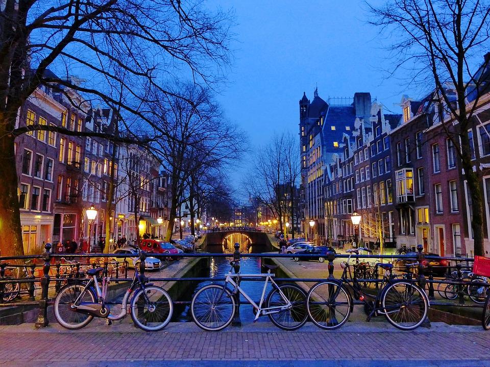 Suggestivo canale di Amsterdam, con le immancabili biciclette, simbolo cittadino