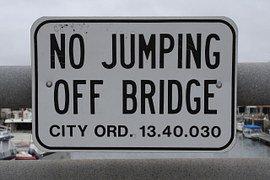 Curioso segnale stradale che vieta di saltare giù dal ponte