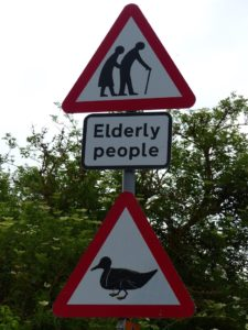 Cartello divertente di attraversamento persone anziane e papere nel Regno Unito