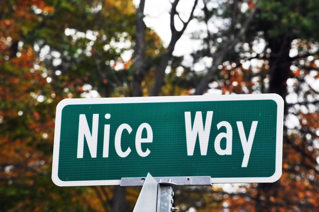 Cartello divertente visibile a Nizza