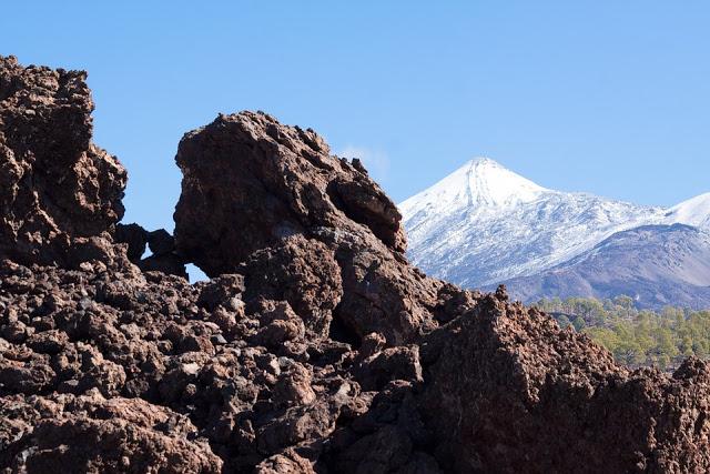 Vista del vulcano Teide spruzzato di neve