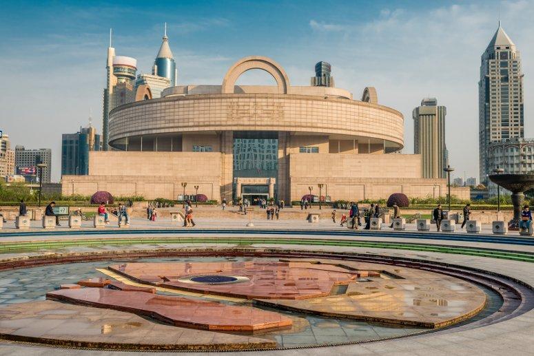Piazza del Popolo a Shanghai con l'edificio che ospia il Museo di Shanghai