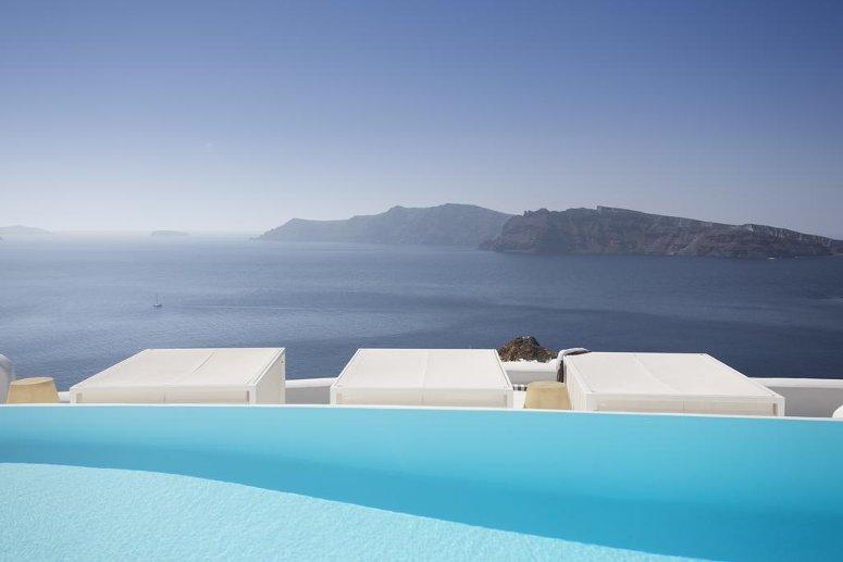 L'infinity pool al Kirini Suites & Spa a Oia, Santorini
