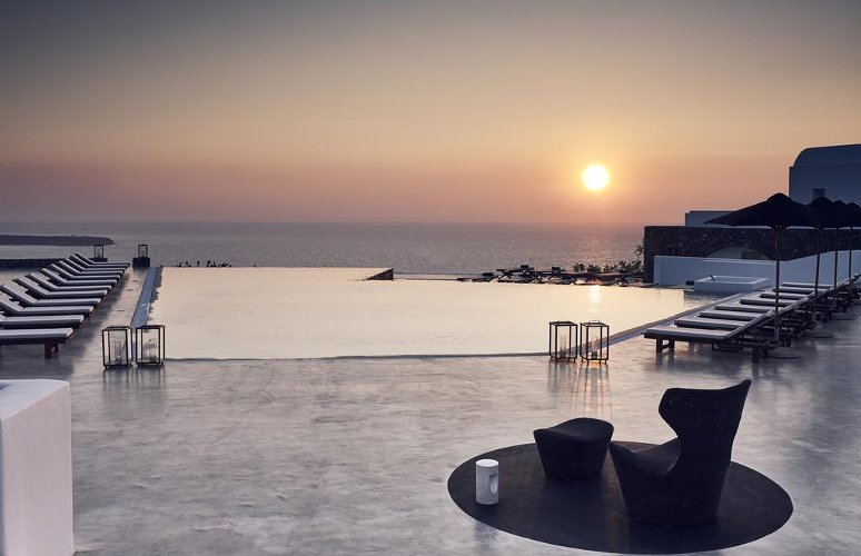 Una delle infinity polls all'Oia Santo Maris Luxury Suites a Santorini