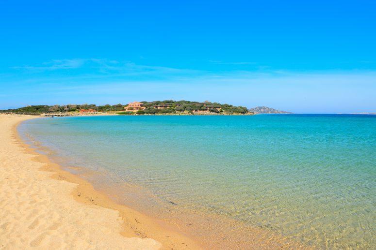 La spiaggia dorata di Porto Pollo, in Sardegna