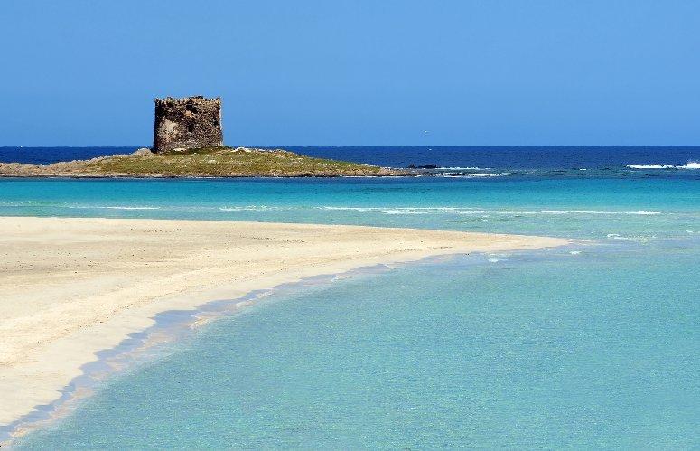 La spiaggia di La Pelosa con la celebre torre.