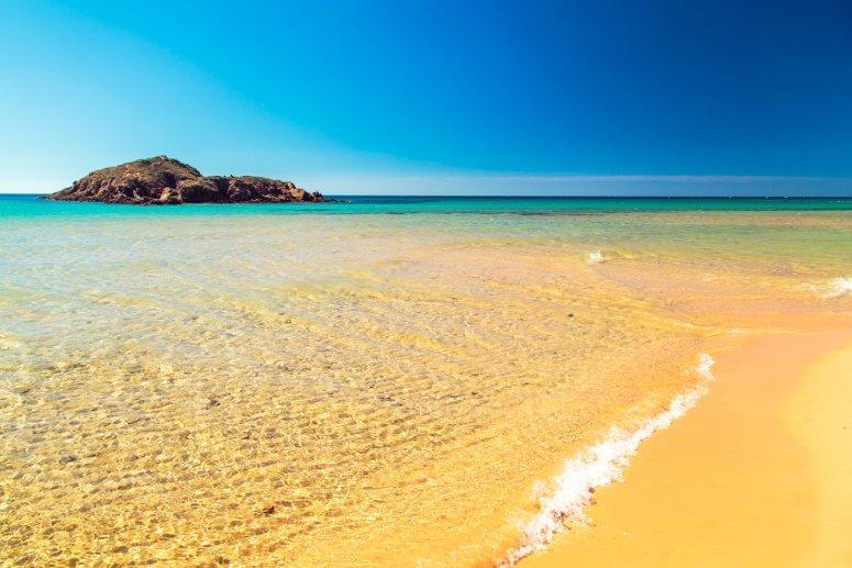L'incantevole spiaggia di Su Giudeu con la sua sabbia color oro.
