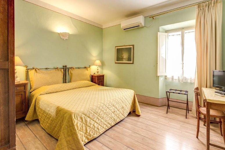 Una camera matrimoniale al 3 stelle Hotel Azzi di Firenze.