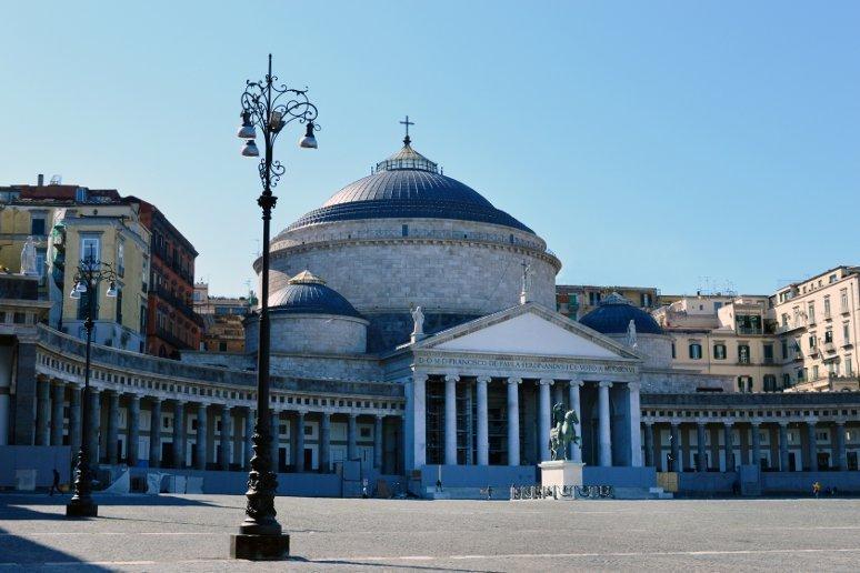 Tra le cose da vedere a Napoli c'è sicuramente la Piazza del Plebiscito.