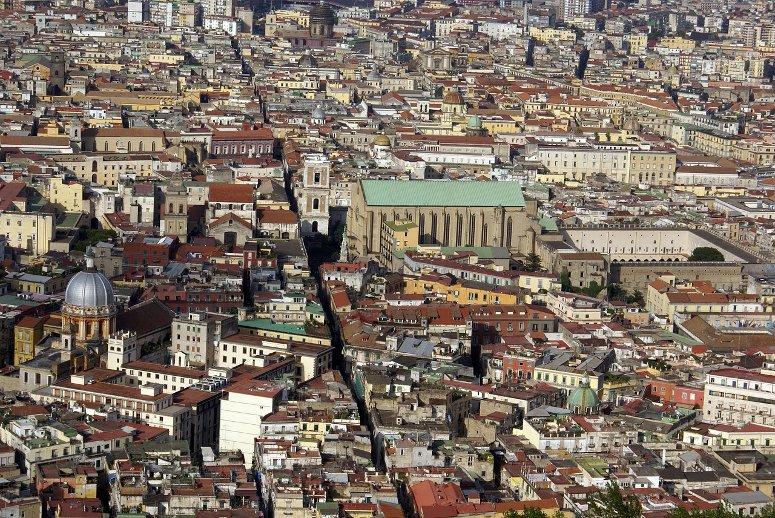 Sali al piazzale di San Martino, sommità della collina del Vomero, e goditi lo spettacolo della Spaccanapoli che tagli letteralmente in 2 la città.