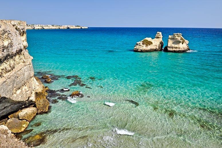 Le spiagge più belle del Salento: Le Due Sorelle a Torre dell'Orso con i suoi celebri faraglioni.